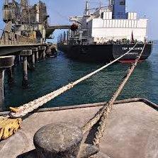 Acoderar: Asegurar o sujetar con codera o cuerda gruesa la dirección de un barco o buque fondeado.
