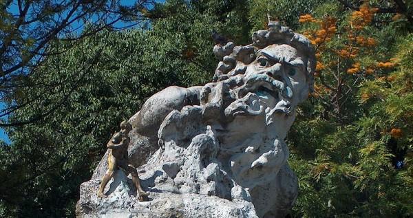 Estatua de adamástor: En el mirador de Santa Catarina en la ciudad de Lisboa, se encuentra una estatua representativa de este personaje ficticio.
