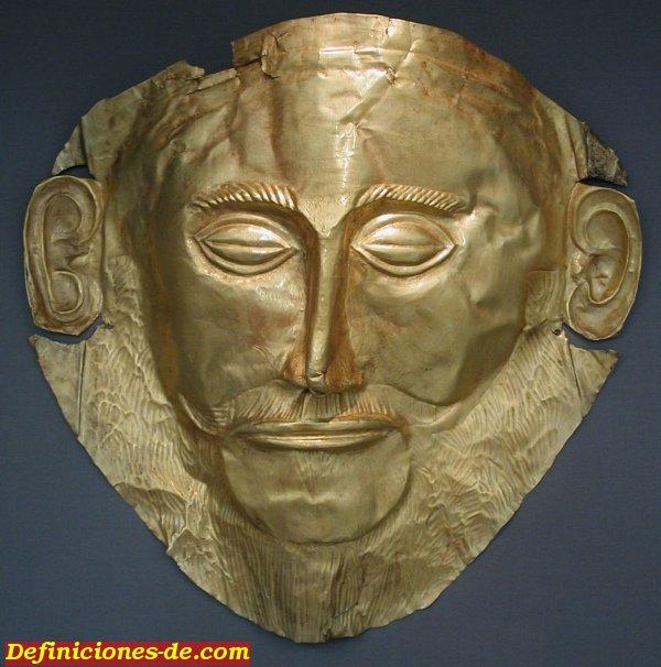 Máscara funeraria también llamada Máscara de Agamenón. Es de oro. Descubierta por Heinrich Schliemann en 1876 en Micenas. Se desconoce si representa a un individuo, y a quién. Se ubica en el Museo Arqueológico Nacional de Atenas.