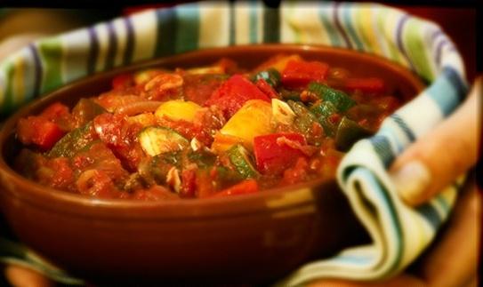 Pisto: fritada de pimientos, tomates, huevo, cebolla o de otros alimentos, picados y revueltos. Es un plato tradicional de la cocina española