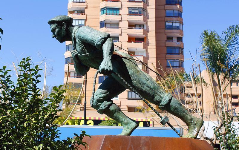 Jabegote, monumento al pescador localizado en el paseo marítimo de Málaga.