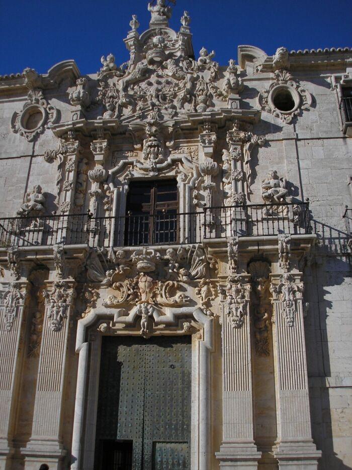 Puerta tachonada del monasterio de Uclés