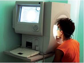 Perimetría computada. Medición del campo visual periférico que se hace de forma automatizada por computadora, donde se evalúa el funcionamiento del nervio óptico y de la retina del ojo.