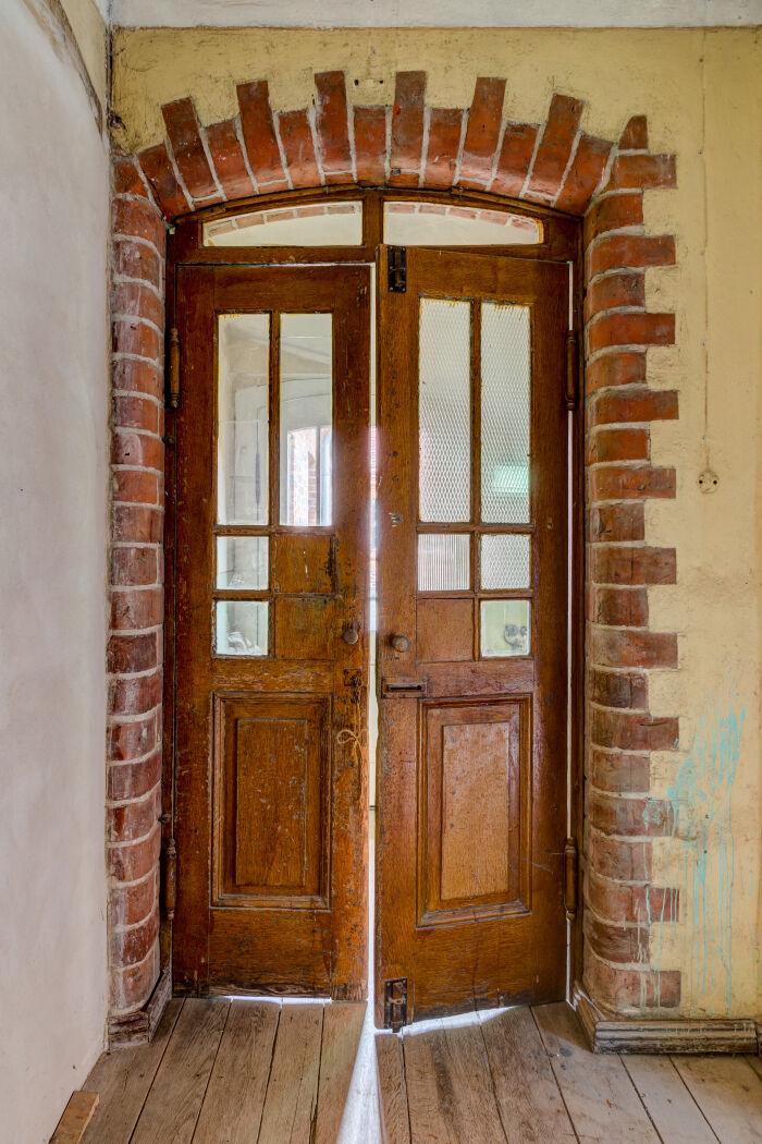 Una puerta entreabierta