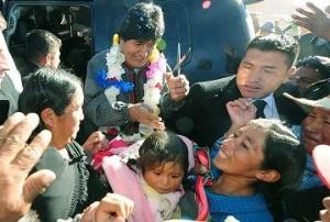 Rutucu o rutucha practicada por el presidente de Bolivia a una niña.