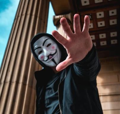 Existen organizaciones que se dedican a sabotear, como el grupo de hackers que llevan el nombre de Anonymous.