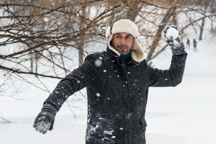 El fenómeno de rehielo se puede observar al armar una bola de nieve