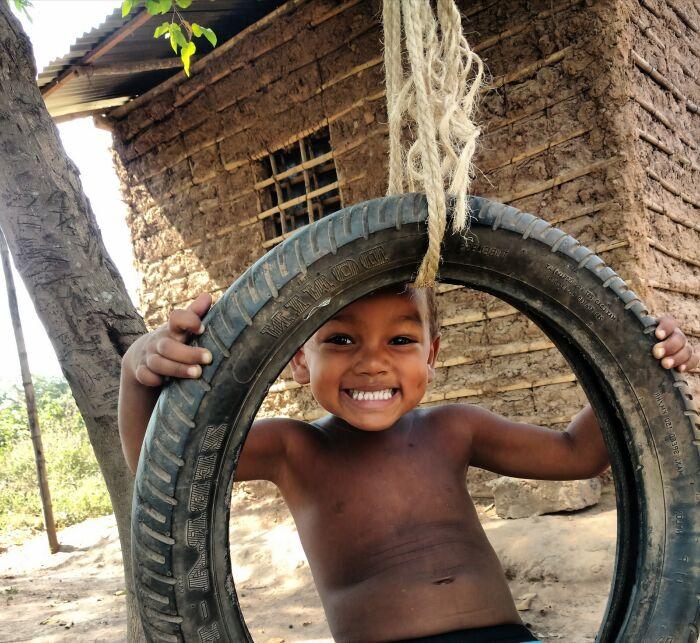 El niño se regocijaba jugando con la rueda