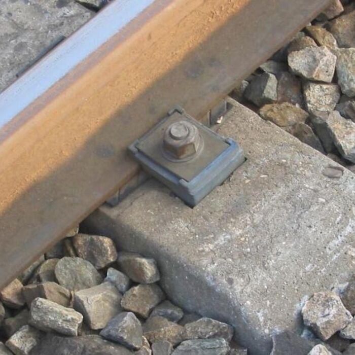 Sistema de sujeción de traviesas en las vías de ferrocarril